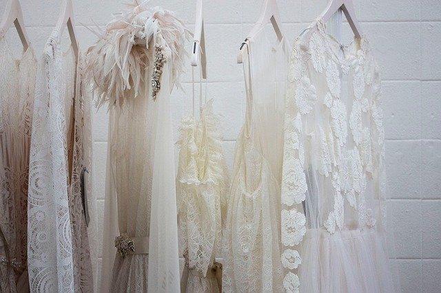bílé oblečení na ramínkách
