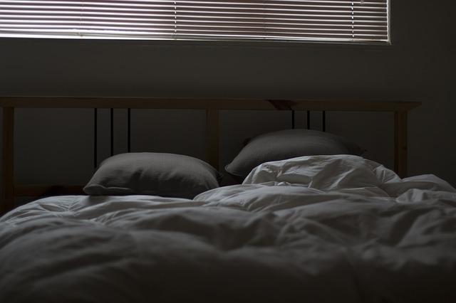 postel pod oknem