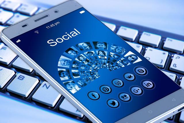 mobilní telefon a klávesnice