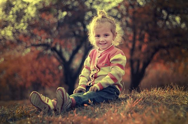 sedící holčička