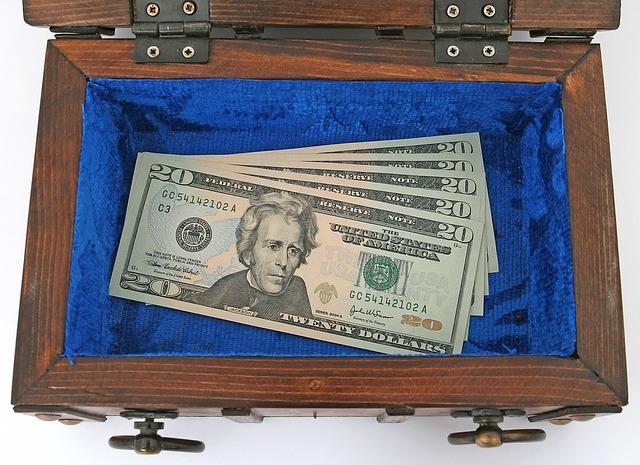 peníze v dřevěné truhličce